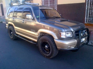 Our much appreciated 1998 Isuzu Trooper Diesel.  Nancy refers to her as 'The Princess Coche'.